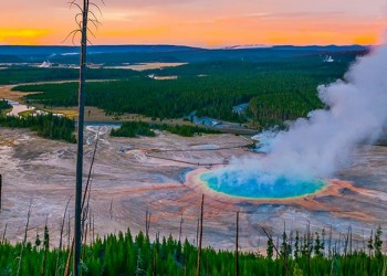 yellowstone_smoking_crater_1024