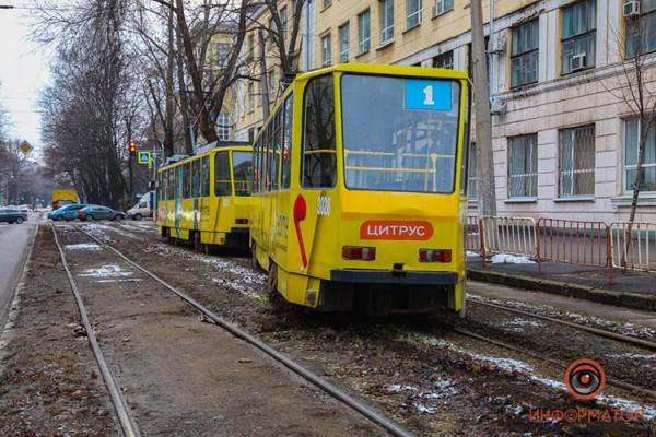 1-tramvaj-soshel-s-relsov-4