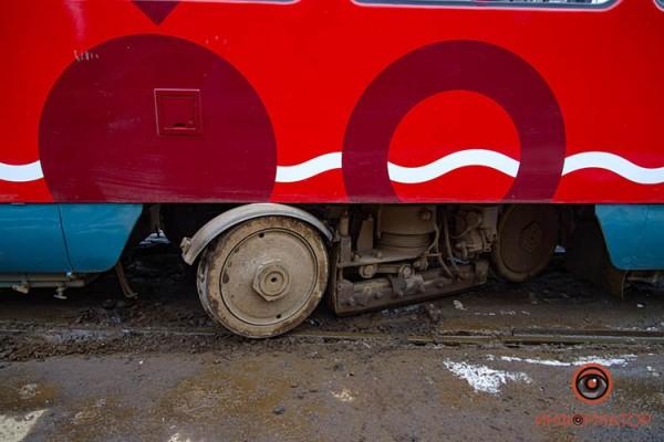 Tramvaj-soshel-s-relsov-15