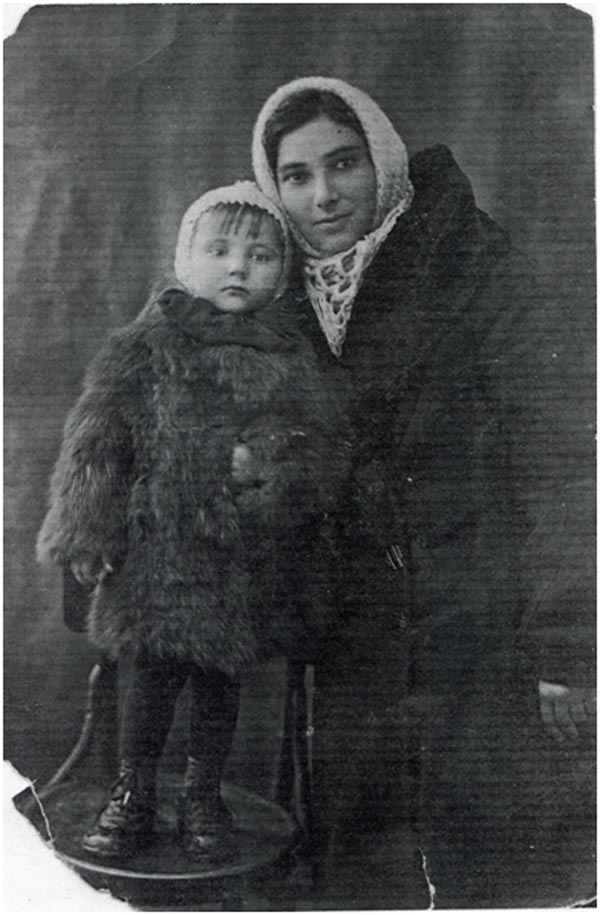 Лидочка Савельева с мамой Нехамой Лейбовной за год до начала войны (Днепропетровск,1940)