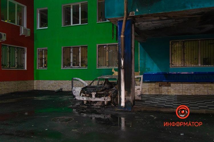 V-Dnepre-na-Antonovicha-na-territorii-uvk-148-Planeta-Schastya-sgorel-Renault-Logan-11