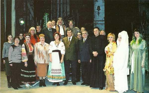 Історичне фото з коллективом театру та учасниками прем'єрної вистави «Лісова пісня» у 2004 році