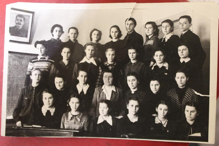 Лариса (во втором сверху ряду крайняя справа) в десятом классе