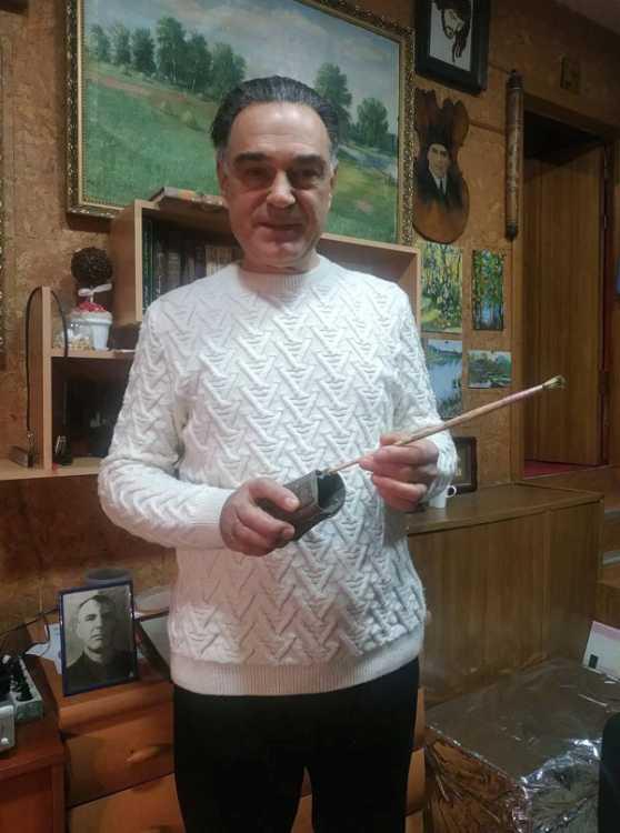 Михайло Мельник дбайливо зберігає шкіряний ремінець з пензлем, за допомогою якого створював свої шедеври його геніальний батько