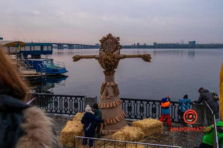 V-Dnepre-na-naberezhkoj-sozhgli-maslenichnoe-chuchelo-17