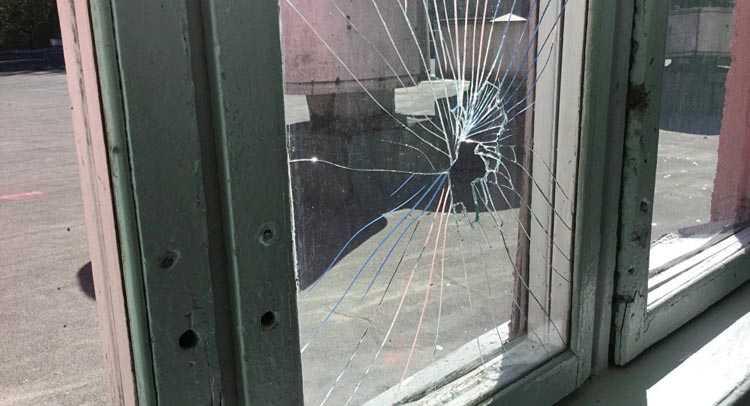 окно разбили