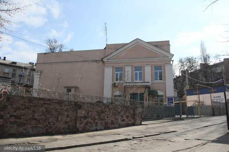 Сегодня в этом неприметном двухэтажном здании не узнать контуры мечети