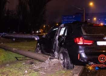 Na-Kosmicheskoj-BMW-X5-snes-stolb-01