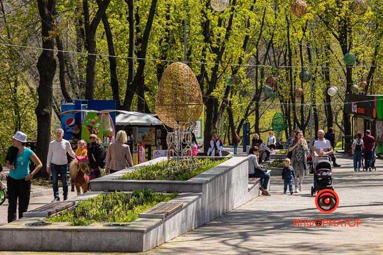 V-parke-Zelenyj-gaj-k-Pashe-ustanovili-prazdnichnye-installyatsii-05
