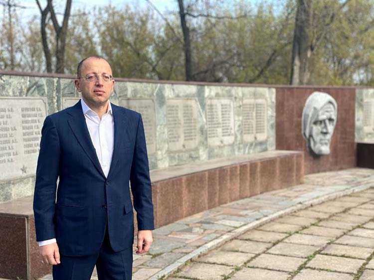 гуфман возле памятника