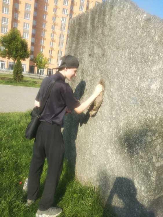 В Днепре вандалы облили краской памятный знак на проспекте Мира. Афиша Днепра