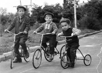 1967 год. Велосипедисты. Проспект Карла Маркса, 10