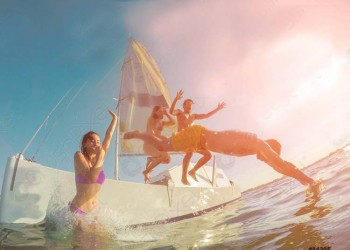 happy-friends-diving-from-sailing-84295