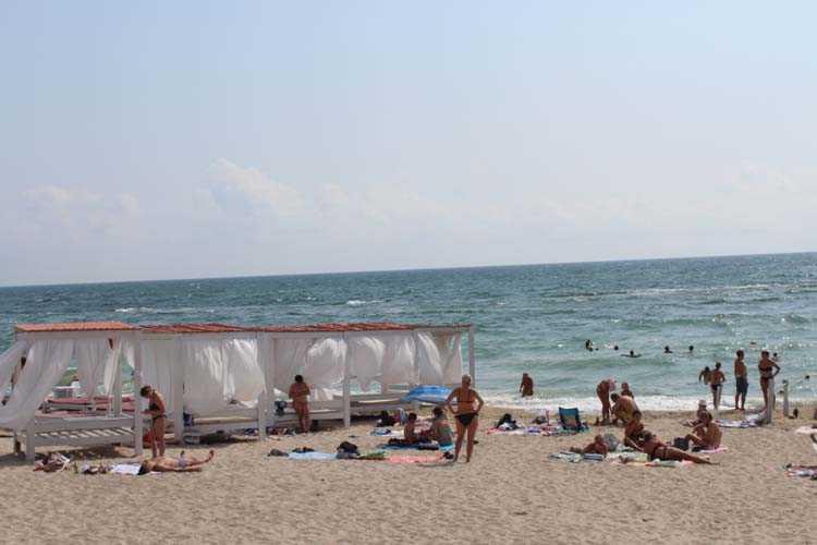 каждый пляжится как может