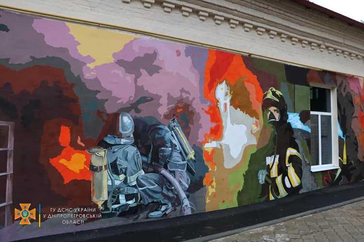 В Днепре художники расписали стену пожарно-спасательной части